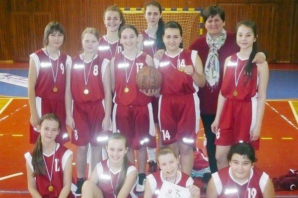 Alena Dzúrová. S družstvom žiačok – basketbalistiek.