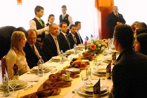 Kuraciu polievku a morčacie na dubákoch. Také menu ponúkli prezidentovi na Hotelovej akadémii vo Svidníku.