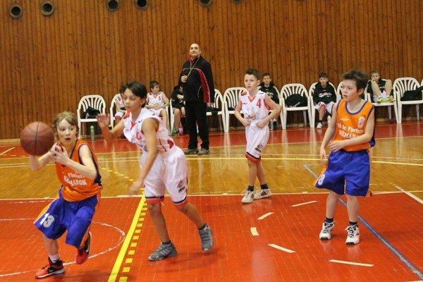 Adepti basketbalu. Odohrali svoj prvý skutočný zápas.