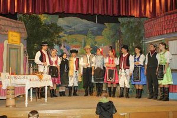 Text k foto: Predstavenie Ochotníci v Kurime zabávali svojich spoluobčanov.