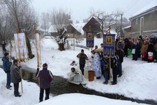 Svätenie vody vo Varadke sa odohrávalo pri miestnom potoku Starobylým sviatkom si pravoslávni veriaci pripomínajú krst Ježiša Krista.