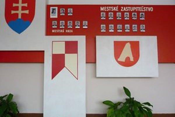 Na svidníckom erbovom štíte je silueta Pamätníka Československého armádneho zboru. Radnica uvažuje nad zmenou a návratom k starším erbovým symbolom.