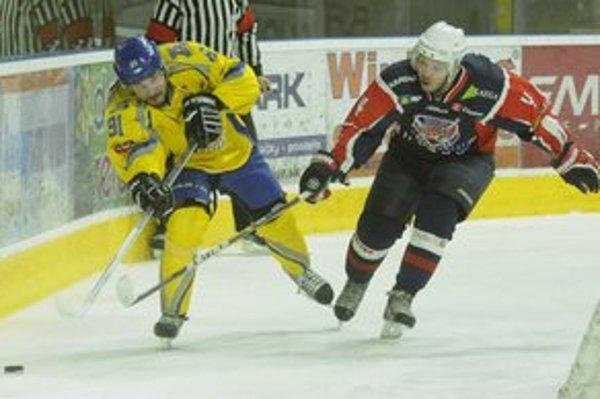 Hráč Bardejova Alexander Valentín (vpravo) a piešťanský Ján Románek v šiestom zápase finále play off hokejovej I. ligy.