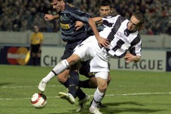 Blažej Vaščák v drese Artmedie Petržalka. V Lige majstrov zvádzal súboje s takými menami ako je Dejan Stankovič či v pozadí Walter Samuel z Interu Miláno.