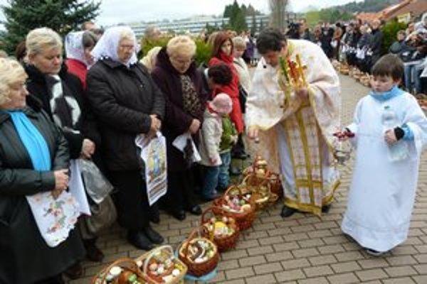 Pravoslávna Veľká noc vo Svidníku. Pred chrámom svätej Trojice veriaci zhromaždili viac ako 300 košíkov.