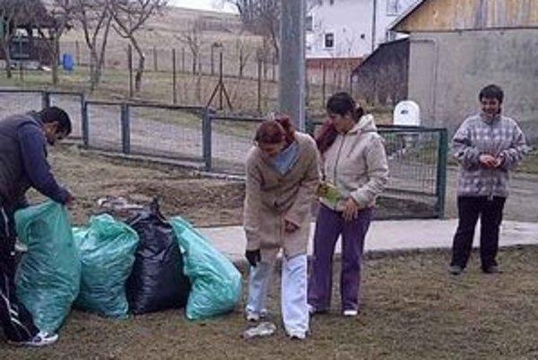 Obyvatelia Kružlovej si upratali okolie.