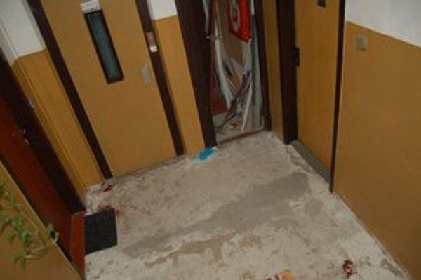 Miesto činu. Po útoku zostali na podlahe krvavé stopy.