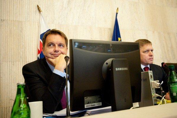 Minister financií Peter Kažimír a premiér Robert Fico.