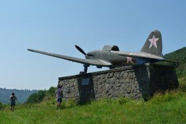 Vojenské lietadlo Avia-B33. Letecký unikát pravidelne navštevujú turisti. Pre vandalov ho VHÚ plánuje premiestniť.