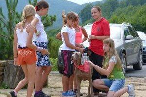 Letný tábor v Stebníckej Hute. Prázdninovým zážitkom malých táborníkov je aj čítanie psíkom.