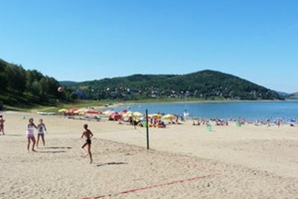 Tíšava. Napriek problémom s výškou hladiny Domaše tu na piesočnatej pláži nechýbajú rekreanti.