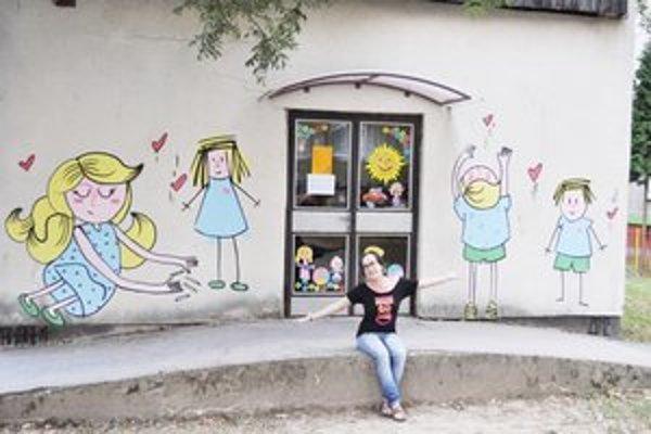 Gemma Granados. Španielska umelkyňa Pusinky si výmenný pobyt na Slovensku spestrila maľovaním pre svidníckych škôlkarov.