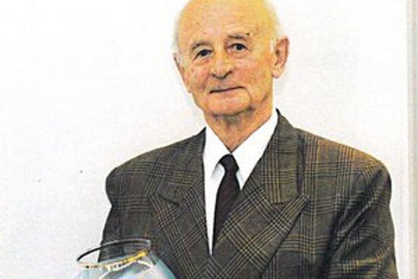 Tréner Jozef Tarcala, ktorý sa dožíva 80 rokov, prevzal v Trenč. Tepliciach na Moste slávy Pohár vďaky.