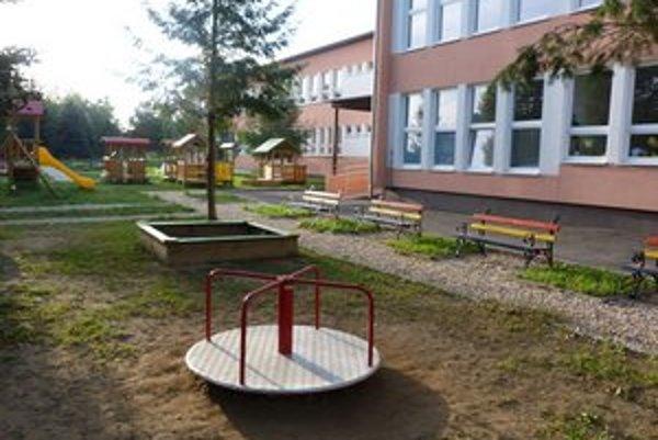 Detské ihrisko pri MŠ Pod papierňou. Povrch chodníkov je z kamennej drte. Rodičia žiadajú o bezpečnejšie riešenie.
