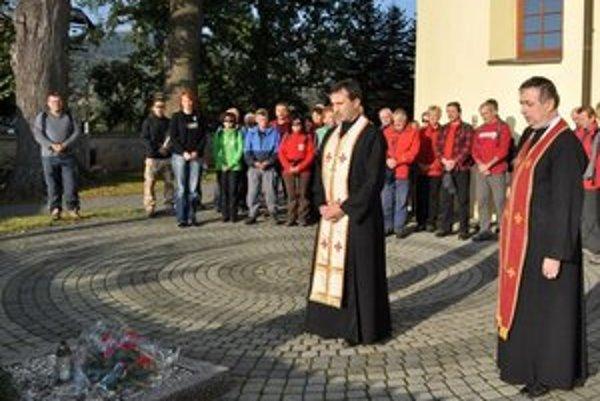 Stretnutie pri hrobe A. Pavloviča. Spomienkový pochod sa začal modlitbou, položením kytice a želaním ľahkých nôh. Účastníci prešli 21-kilometrovú túru zo Šarišského Čierneho do Svidníka.