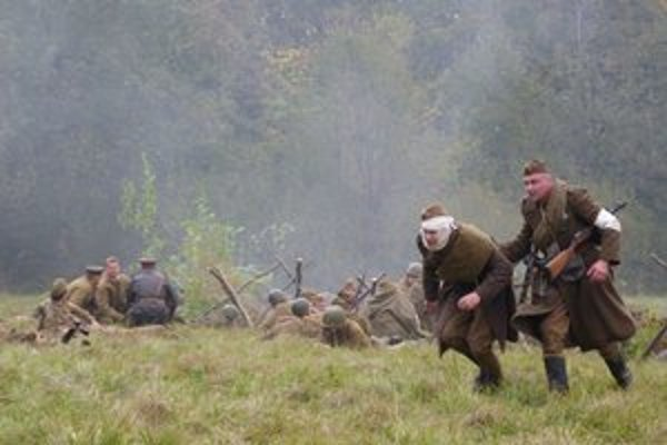 Rekonštrukcia bojov o Duklu. Nemecké vojská sa najskôr účinne bránili a zastavili útočiacich československých vojakov a spôsobili mu straty.
