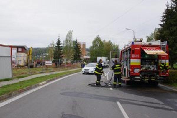 Plyn unikal z poškodeného potrubia.
