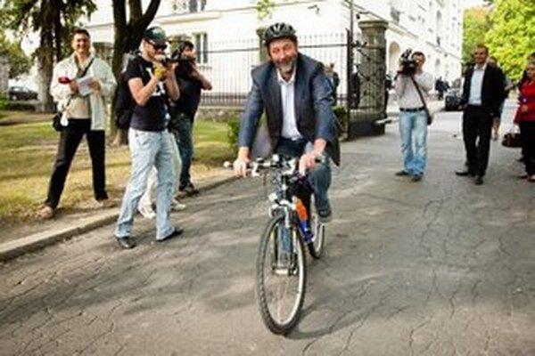 Na rokovanie o investičných stimuloch prišiel minister hospodárstva Malatinský na bicykli.