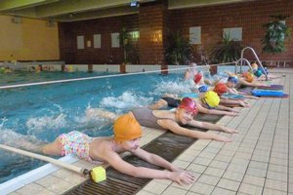 Malí plavci. Počas dvanásťhodinových kurzov sa tretiakom venujú inštruktori plávania v skupinách.