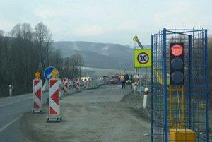 Trvalé premostenie. Na úseku za obcou Breznica zažali s osádzaním betónových mostov.