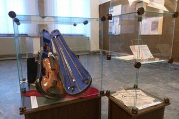 Husle Bélu Kélera. Hudobný nástroj s veľkou historickou hodnotou venovali Bardejovu priami potomkovia významného hudobníka.