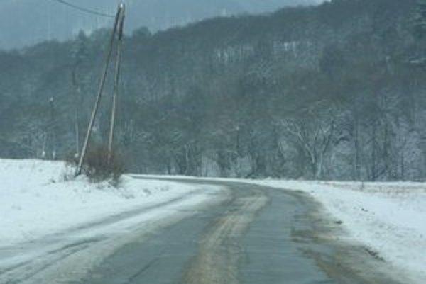 Cesta do Varadky. Chýbajúce smerové stĺpiky vedia vodičom skomplikovať orientáciu na zasneženej ceste.