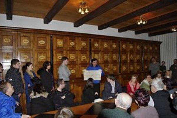 Návšteva archívu. Hostiteľ potuliek a riaditeľ archívu J. Petrovič priblížil vznik historických listín a písomností.