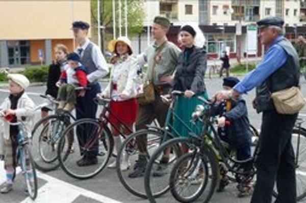 Otvorili cyklosezónu. Účastníci bardejovského zrazu vytiahli na prehliadku v retro štýle svoje staré, ale stále funkčné bicykle.