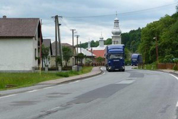 Kamióny. Obyvateľom regiónu pod Duklou permanentne komplikujú život.