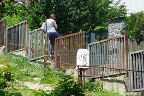 Uzavretá bránka. Preskakovanie plota má byť po dohode mesta a vedenia nemocnice minulosťou.