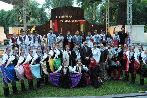Spoločný program. Folkloristi z giraltovského Topľana a izraelský súbor z Betlehema Dallál.