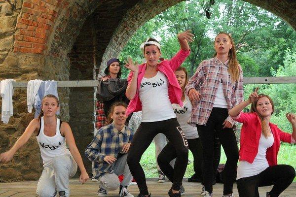 FäTTy. Tanečnice z FäTTy čaká bohaté leto, predstavia sa na viacerých podujatiach.