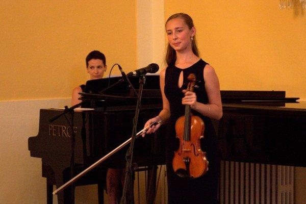 Andrea Astrabová (husle) a Petra Timková (klavír). Interpretky počas koncertu Medzi tancom a snom v Astórii