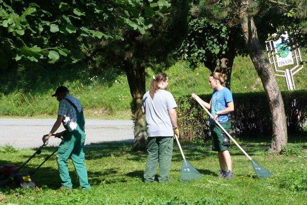 Nemeckí dobrovoľníci. Do 2. augusta tu majú naplánované práce na obnove okolia múzea, vrátane kosenia, vyčistenia potoka i obnovy detského ihriska.