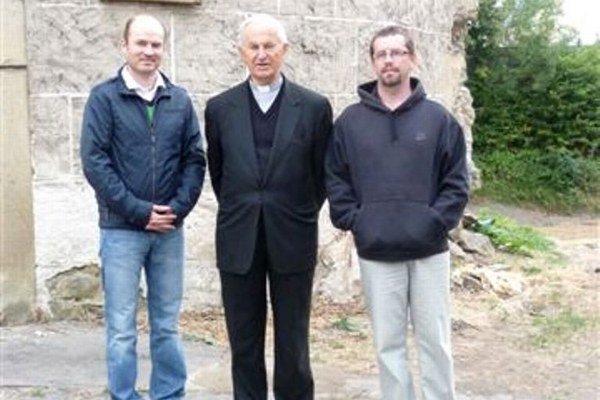Jozef Tomko si pozrel aj nový vznikajúci Kláštorný parkKardinál (v strede) s Martinom Šmilňákom (vpravo) a Petrom Štalmachom (vľavo).