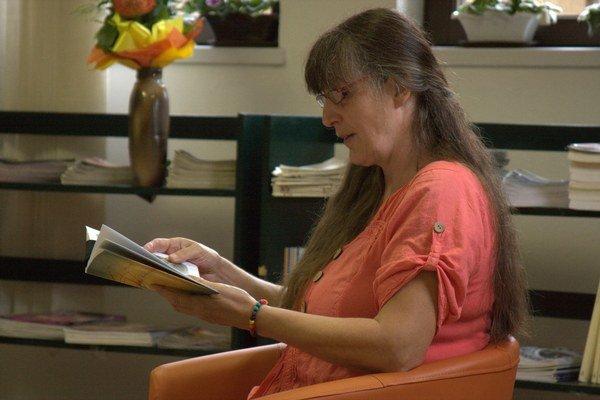 Camille Labas číta zo svojej prvej knihy. Autorka prečítala aj niekoľko básní.