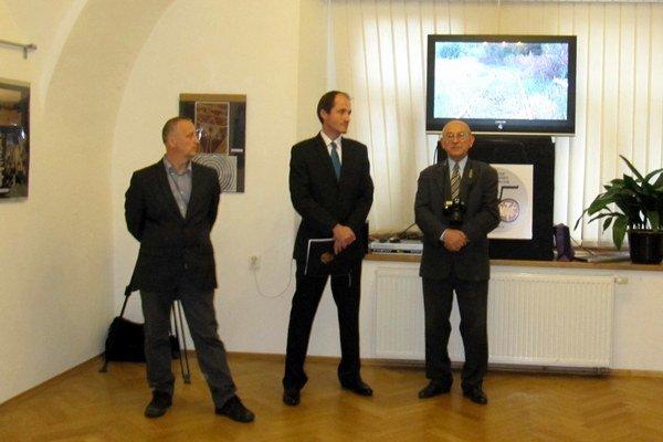 Vernisáž. Otvorili ju Marcel Tribus (v strede) a Juliuzs Jaronczyk (vpravo).