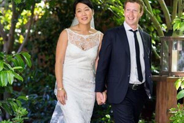 Mark Zuckerberg v piatok vstúpil so spoločnosťou Facebook na burzu, o deň neskôr sa ženil s dlhoročnou priateľkou Priscillou Chan.
