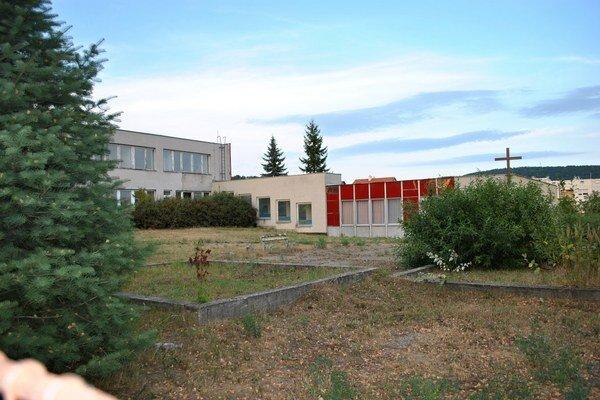Budova bývalej MŠ na Dubníku chátra už roky. Mesto sa myšlienky na jej využitie pre seniorov nevzdáva.