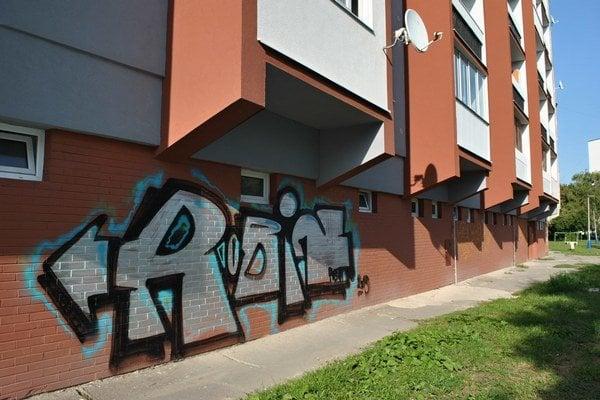 Toto umenie miestnych nepotešilo. Takto zrekonštruovanú bytovku otagoval neznámy writer.