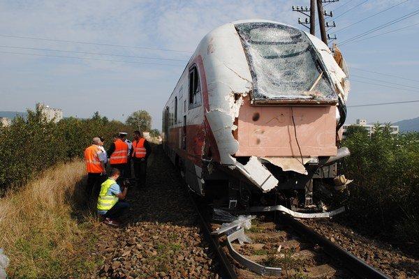 Vlak. Je poškodený a vykoľajený.