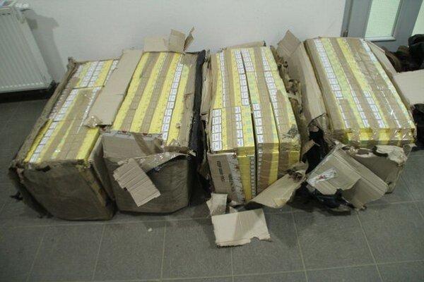 V kartónových škatuliach prelepených lepiacou páskou bolo 400 kartónov cigariet Jin Ling bez kontrolných známok.