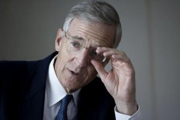 Evan Thomas (60) je americký novinár a spisovateľ. Pôsobil v magazíne Time, niekoľko rokov viedol redakciu magazínu Newsweek vo Washingtone. Napísal šesť historických kníh, napríklad o zavraždenom senátorovi Robertovi Kennedym. Momentálne učí žurnalistiku