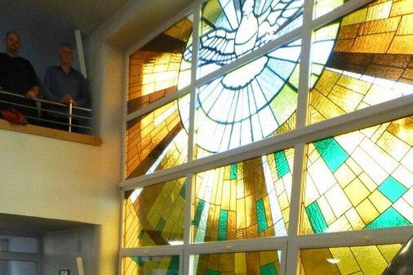 Nové vitráže Ducha svätého.