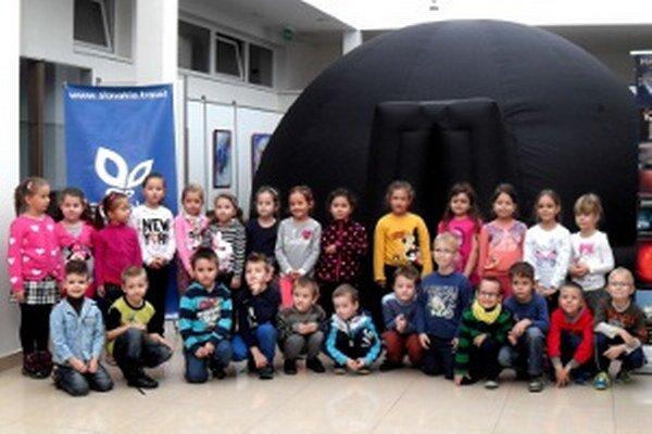 Deti sa odfotili pred nezvyčajným planetáriom.