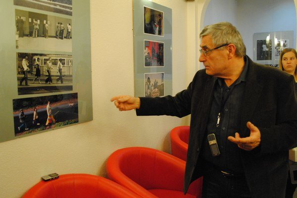 Peter Bodor na vernisáži v Humennom. V meste, ktorého ho naučilo fotografovať, vystavuje prierez svojej tvorby.