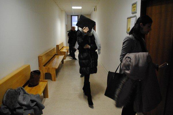 Na súde vypovedala Dušana L., matka malého Šimona. Médiá sudca z pojednávacej miestnosti vylúčil.