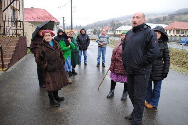 Obyvatelia Ruskej Poriby. Zišli sa na verejnom proteste proti vrtom a ťažbe.