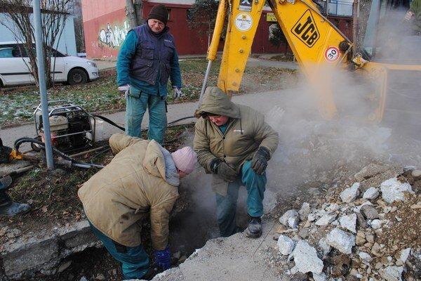 Miesto poruchy. K poškodenému potrubiu sa pracovníci dostali až po odstránení betónu.