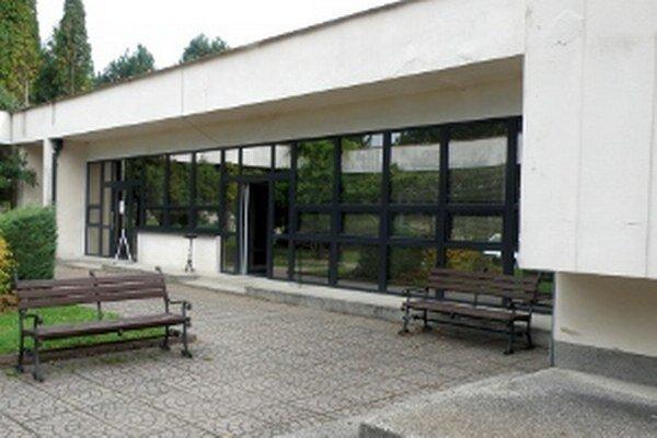 Časť okien už na Dome smútku v Prievidzi vymenili, opravia aj fasádu.